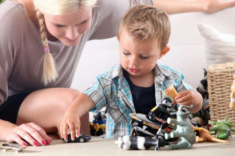 Niño jugando con su madre