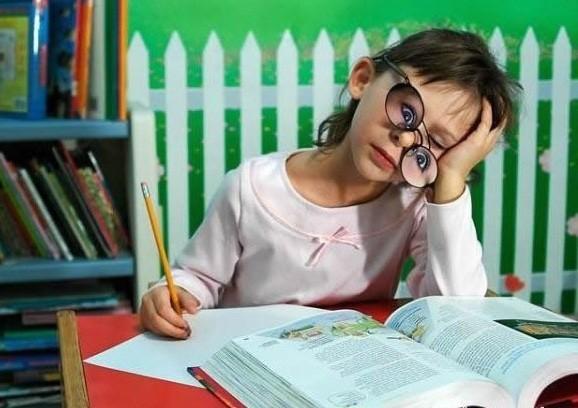Niña dormida mientras estudia