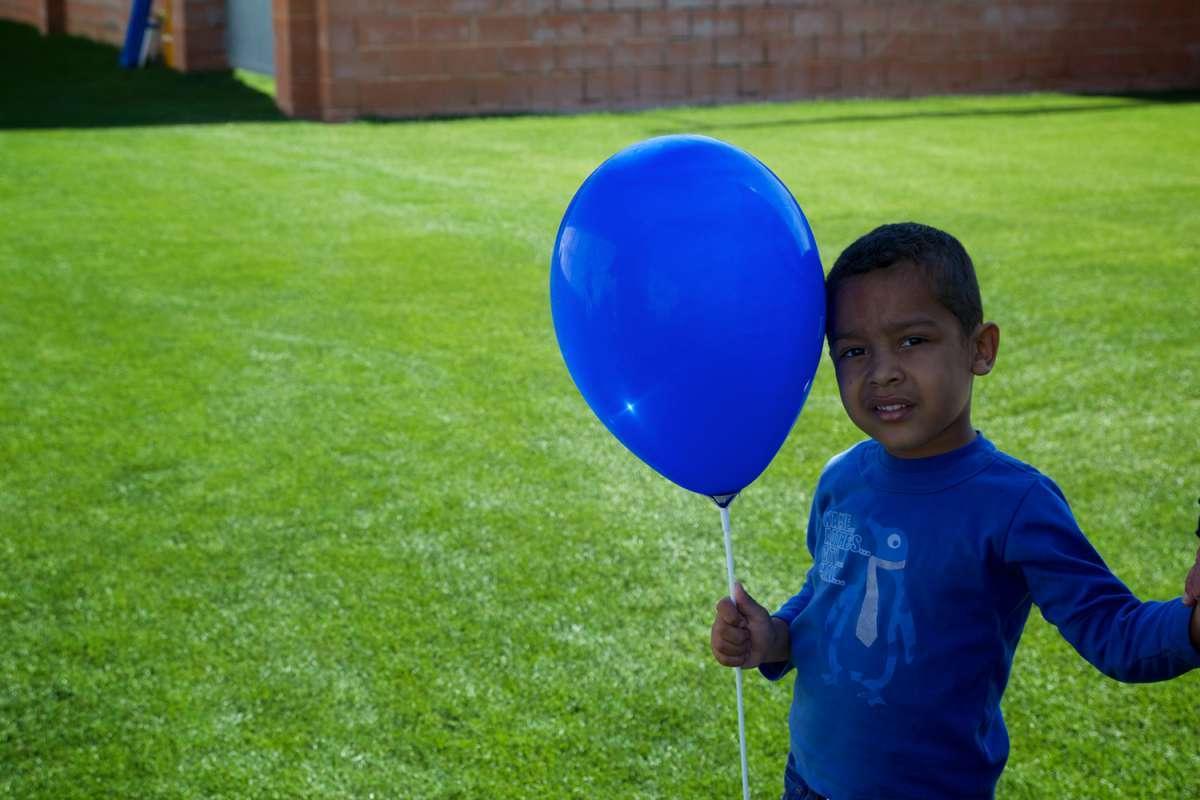 Niño jugando con globo