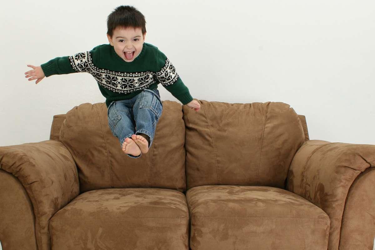 Niño saltando en el sofa
