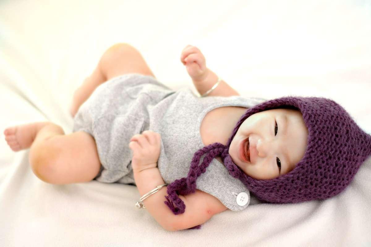 Niño sonriendo en la cama