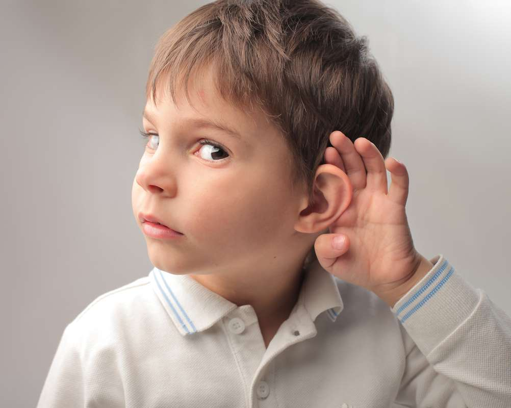 Niño gesto de escuchar