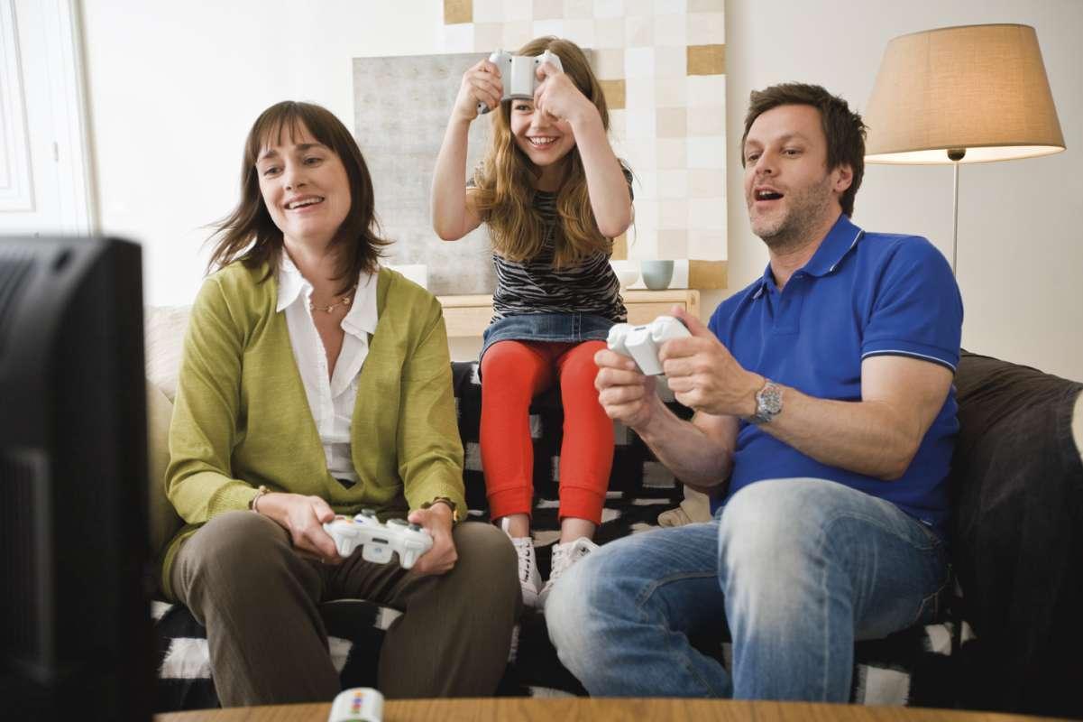 Familia jugando a Video Consola