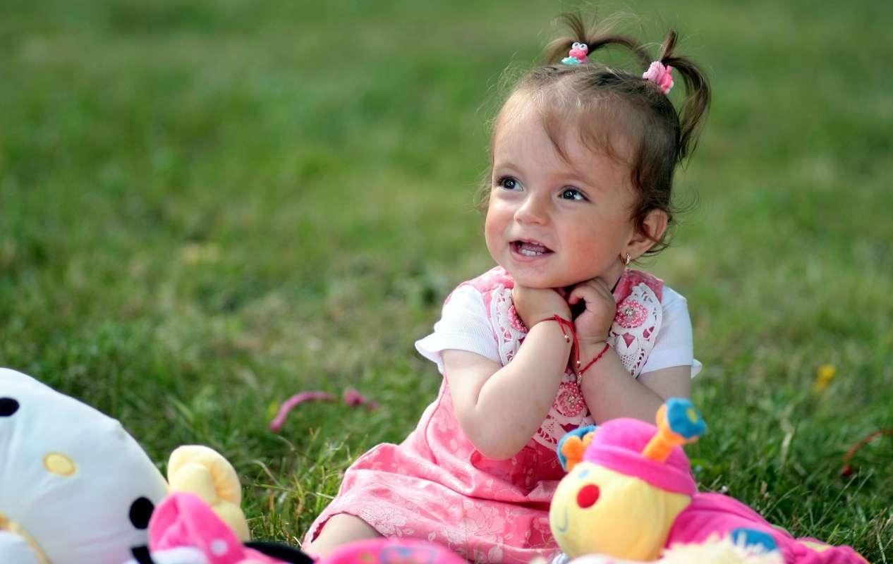 Niña jugando con muñecos