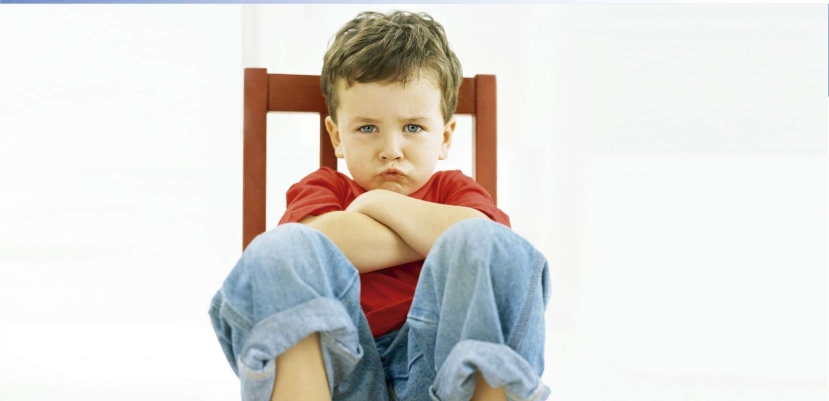 Niño sentado en una silla