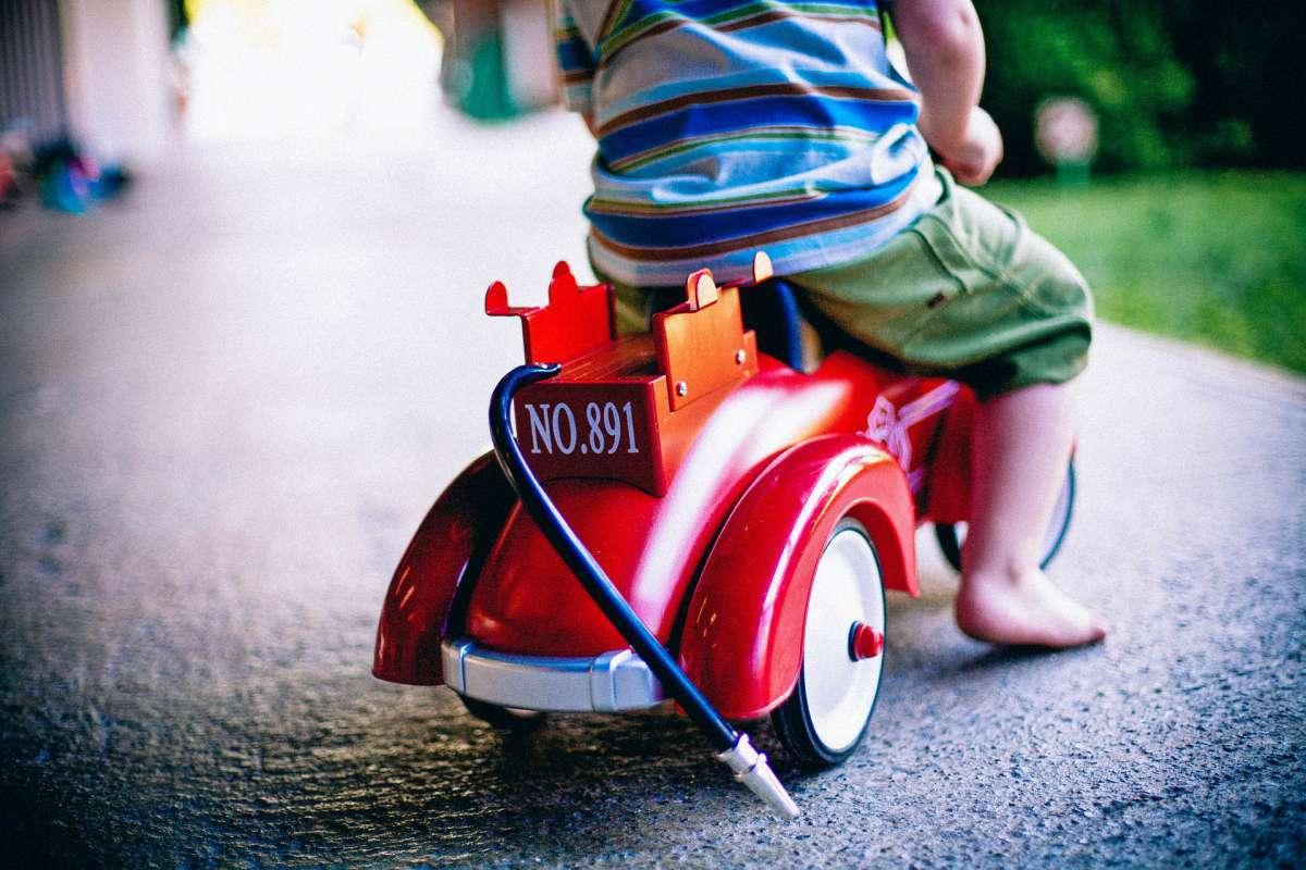 Niño montado en una moto de policia