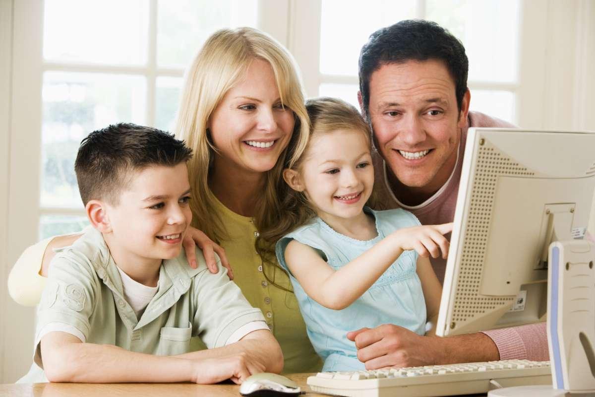 Familia usando el ordenador