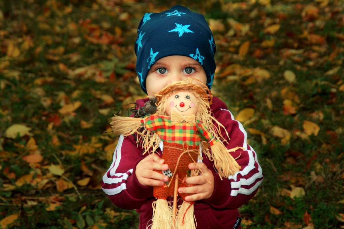 Niño sosteniendo muñeco