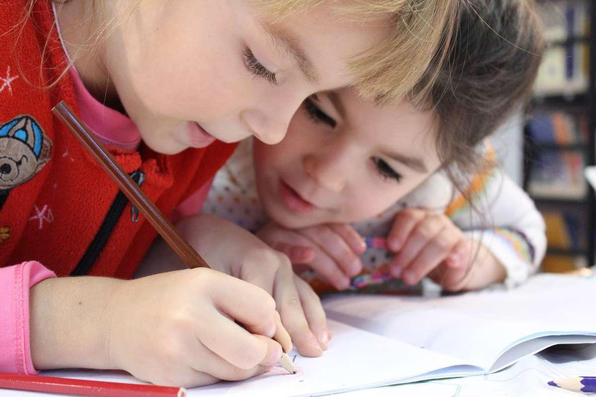 Niños escrbiendo en la libreta