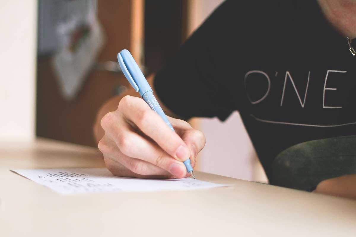 Niño escribiendo sobre papel