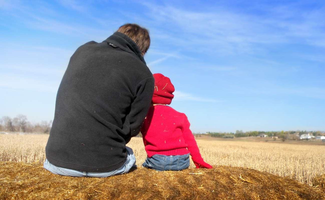 Padre e hijo oteando el horizonte