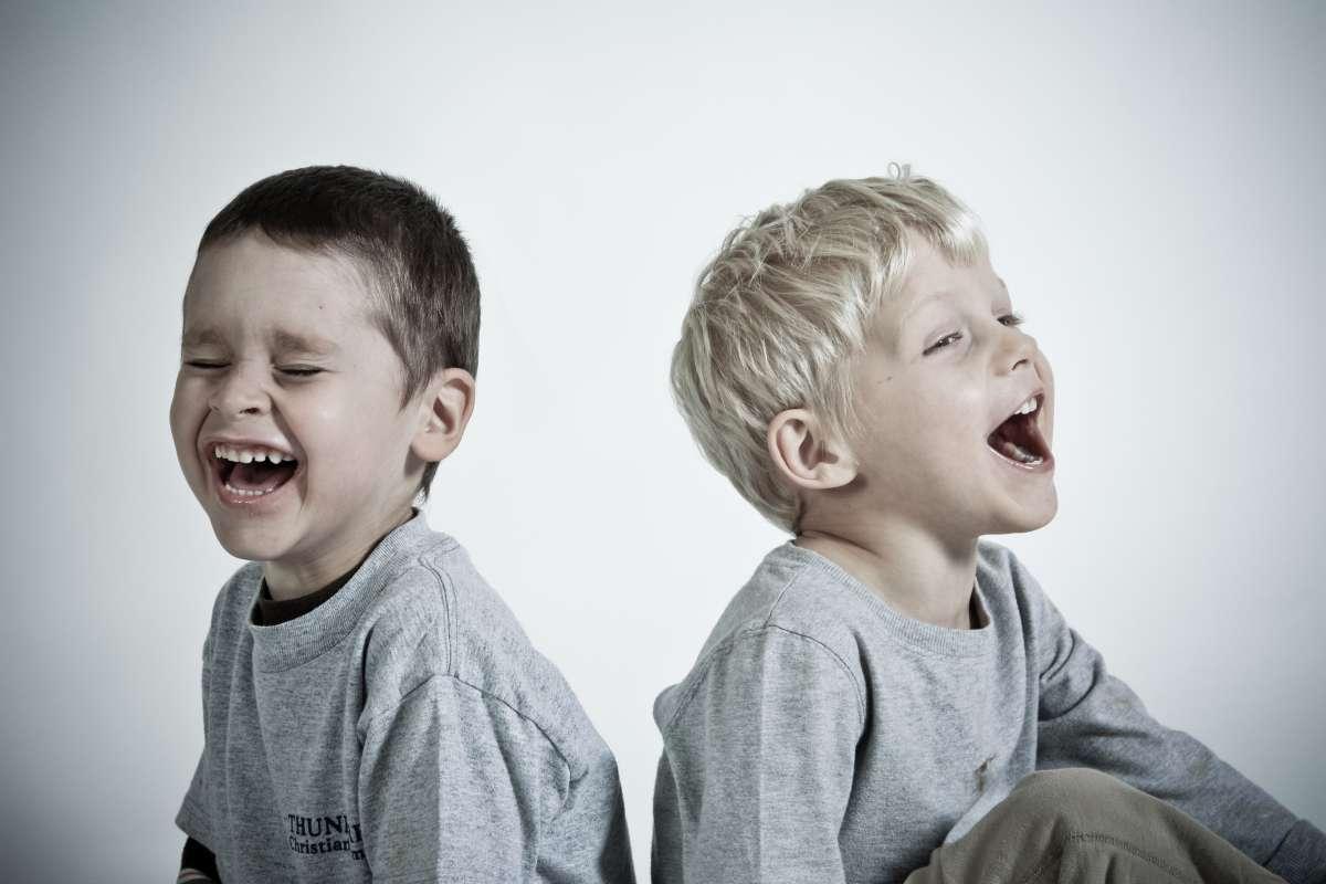 Niños felices y contentos