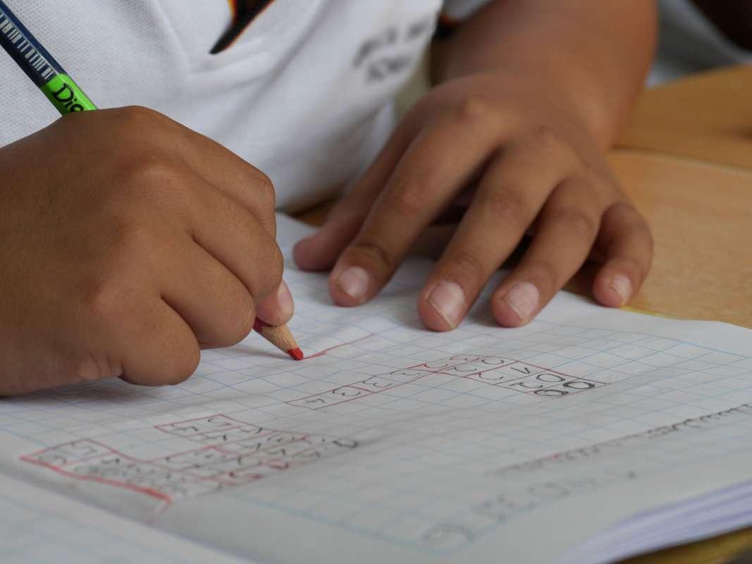 Niño escribiendo en papel