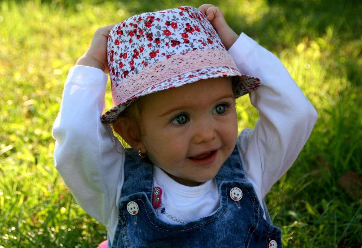 Niña feliz con sombrero